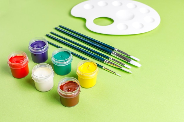 Set van kleurrijke accessoires voor schilderen en tekenen.