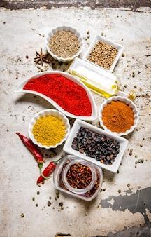 Set van kleurrijke kruiden en specerijen op rustieke tafel. bovenaanzicht