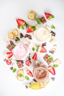 Set van kleurrijke milkshakes of smoothies