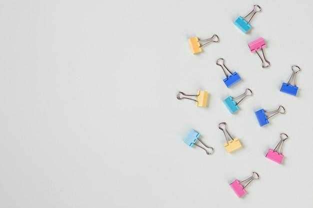 Set van kleurrijke paperclips op pastel achtergrond. zakelijke creativiteit concepten. creatieve plat lag foto van werkruimte bureau. bovenaanzicht bureau met clip. kopieer ruimte