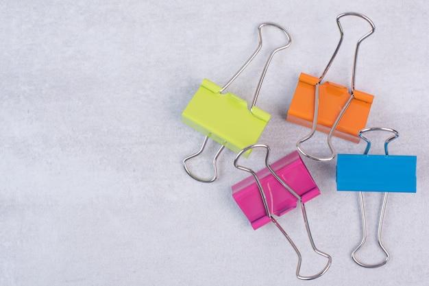Set van kleurrijke paperclips op wit oppervlak