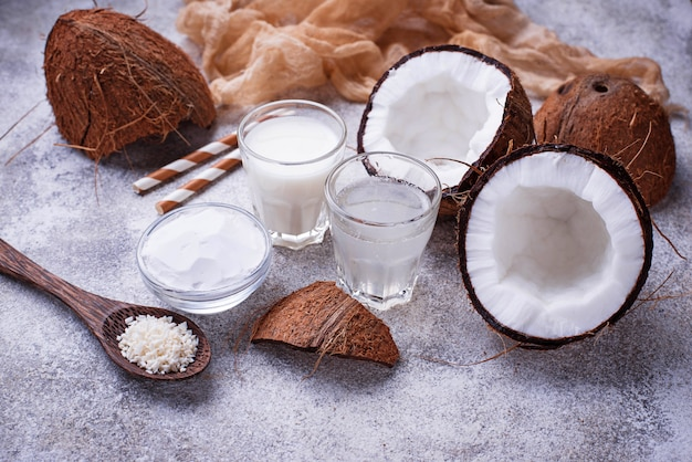 Set van kokosmelk, water, olie en krullen.