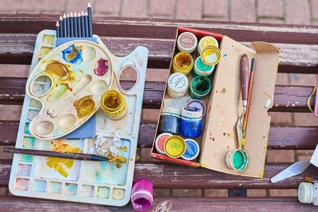 Set van kunstenaar penseel verf palet potloden achtergrond