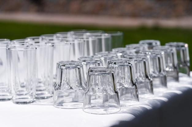 Set van lege lege wijnglazen weergegeven in rijen. voorbereiding op de vakantie.