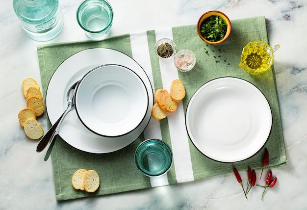 Set van lege platen op een tafel.