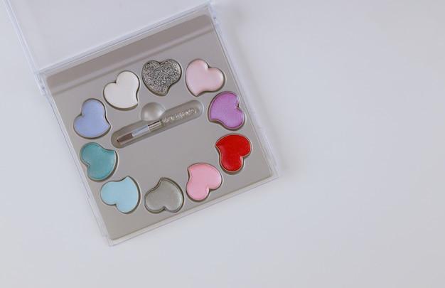 Set van make-up oogschaduw palet cosmetica voor ogen geïsoleerd over witte tafel