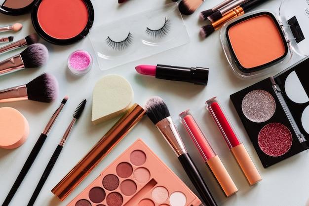Set van make-up op een lichte achtergrond. het uitzicht vanaf de top