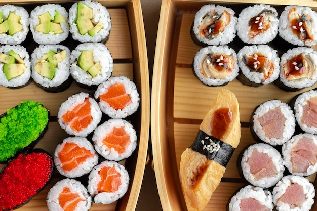 Set van maki sushi op houten boot dienblad close-up