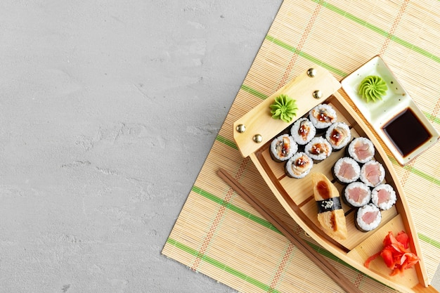 Set van makisushi op houten bootdienblad