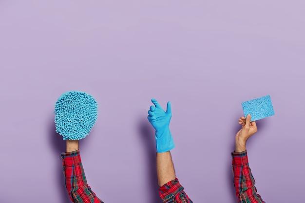 Set van mannelijke handen houdt doek en dweil