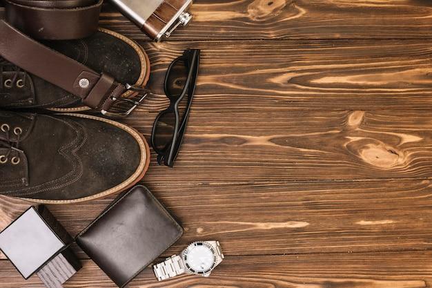 Set van mannelijke schoenen in de buurt van accessoires