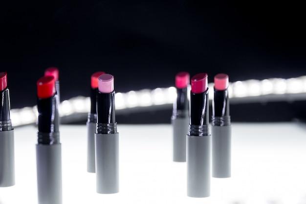 Set van matte lippenstift in rode en natuurlijke kleuren. professionele make-up en schoonheid.