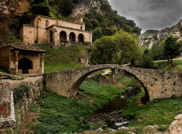 Set van middeleeuwse oorsprong met een kerk en een romeinse brug
