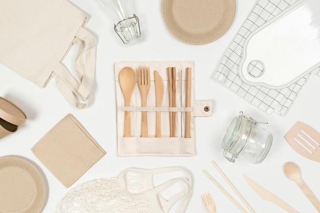 Set van milieuvriendelijke boodschappentas ambachtelijk papier servies waterfles houten bestek