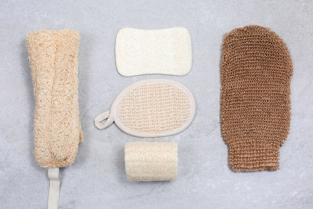 Set van milieuvriendelijke sponzen voor lichaamsverzorging.