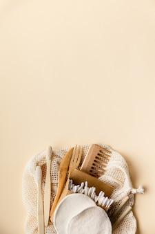 Set van milieuvriendelijke toiletartikelen en badkamerproducten op kleur, plat leggen