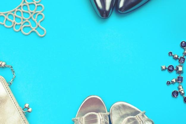 Set van mode-accessoires plat lag zilveren kleur blauwe achtergrond