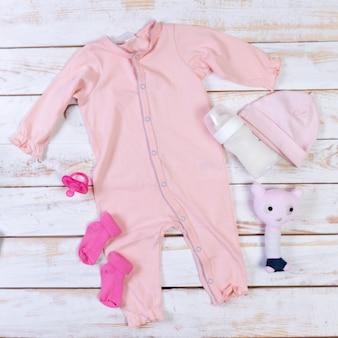 Set van mode trendy kleding en kinderen spullen voor kleine baby meisje