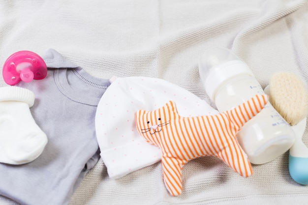 Set van mode trendy kleding en kinderen spullen voor kleine baby