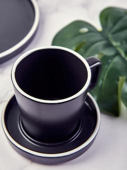 Set van moderne trendy borden en koffiekopje op marmer.