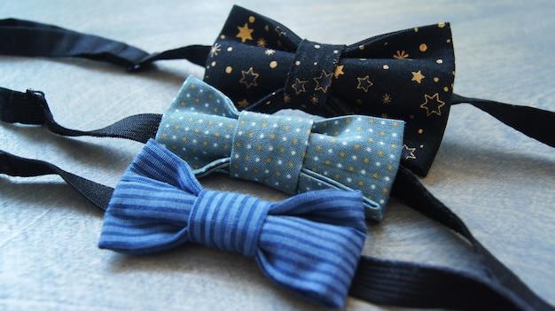 Set van mooie veelkleurige katoenen stropdas op een houten