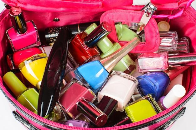 Set van nagellak, mascara, nagelknipper, in een roze tasje