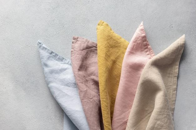 Set van natuurlijk puur linnen servetten in verschillende pastelkleuren