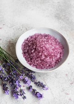 Set van natuurlijke biologische spa-cosmetica met lavendel plat badzout op betonnen ondergrond