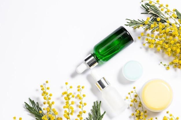 Set van natuurlijke huidverzorging cosmetische en verse mimosa bloem op witte achtergrond