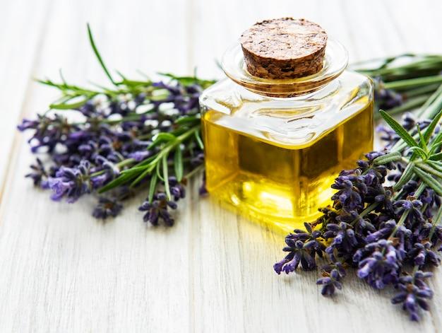 Set van natuurlijke organische spa-cosmetica met lavendel. plat lag badzout en massageolie op houten achtergrond. huidverzorging, schoonheidsbehandeling concept
