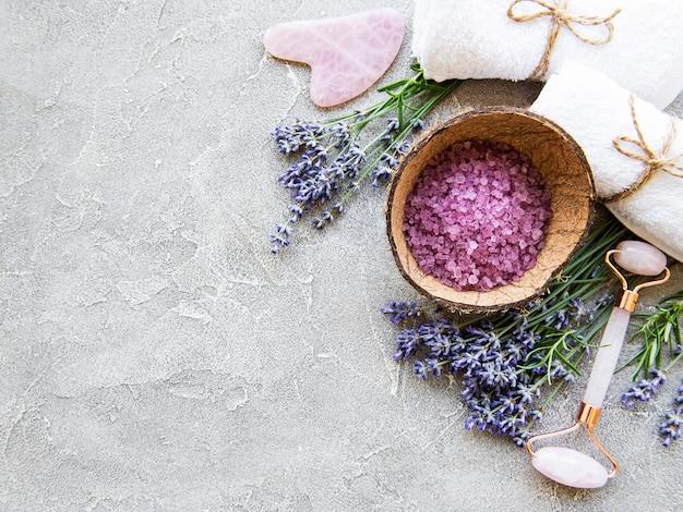 Set van natuurlijke organische spa-cosmetica met lavendel. platliggend badzout en gezichtsroller