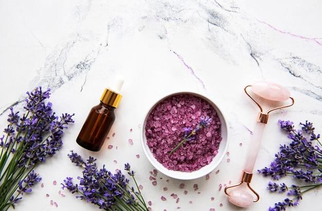 Set van natuurlijke organische spa-cosmetica met lavendelbloemen