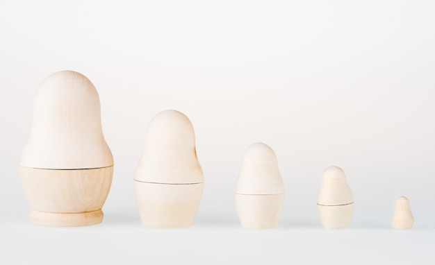 Set van nestelen poppen staan in een rij