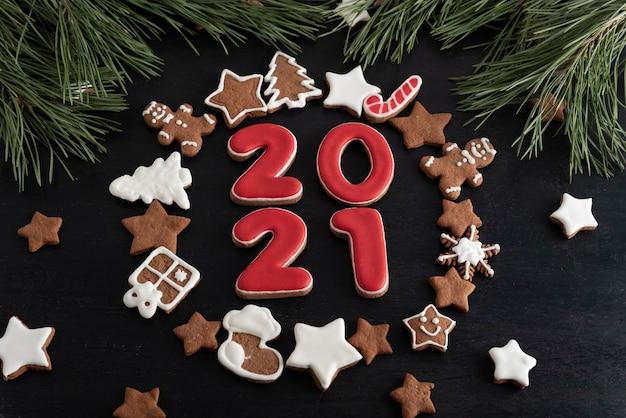 Set van nummers 2021 en sterren, dennenboom van gemberkoekjes geglazuurd suikerglazuur.