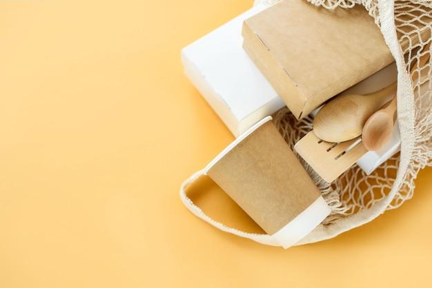 Set van ongebleekte plantaardige voedingsdoos en papieren koffiekopje. eco-voedsel en drankverpakkingen van natuurlijke vezels.