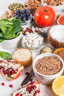 Set van organische gezonde voeding voedsel, superfoods - bonen, peulvruchten, noten, zaden, groenten, fruit en groenten ... witte achtergrond kopie ruimte