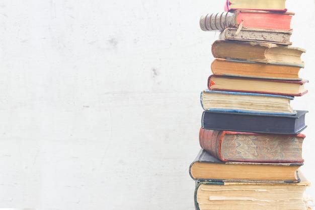 Set van oude boeken close-up op witte houten