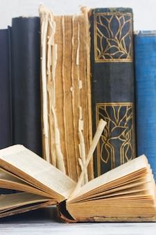 Set van oude boeken met open een close-up op witte houten