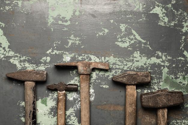 Set van oude hamers en roestige spijkers. gereedschap op metaal het oppervlak.