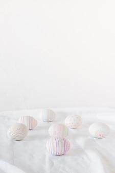 Set van paaseieren op lichte textiel
