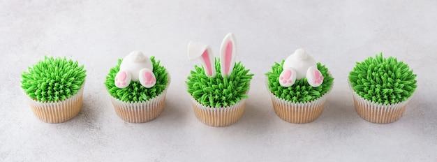 Set van pasen cupcakes voor kinderen. grappige konijntjesuiteinde en oren.