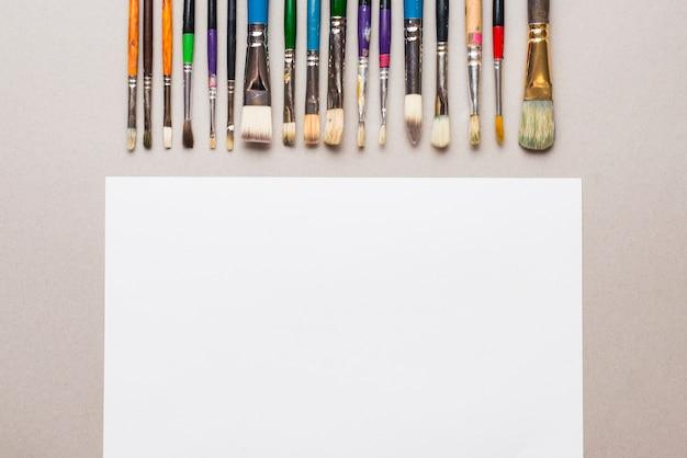 Set van penselen in de buurt van papier