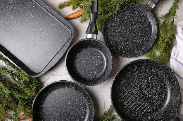 Set van potten en pannen bovenaanzicht met kerstboomtakken