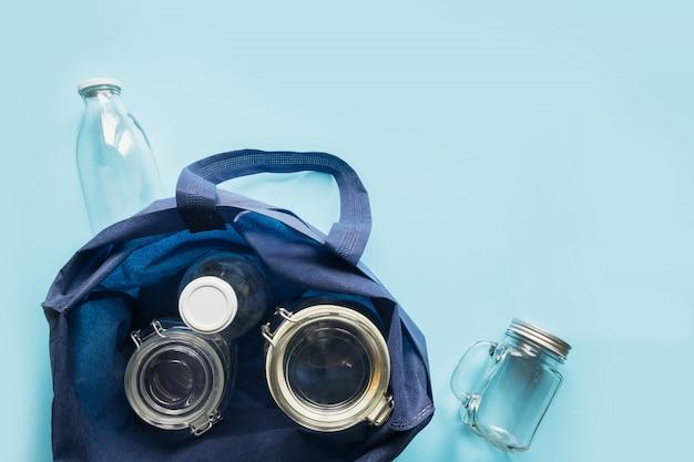Set van potten en textiel tas op blauw.
