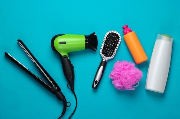 Set van producten en apparaten voor haarverzorging op blauw