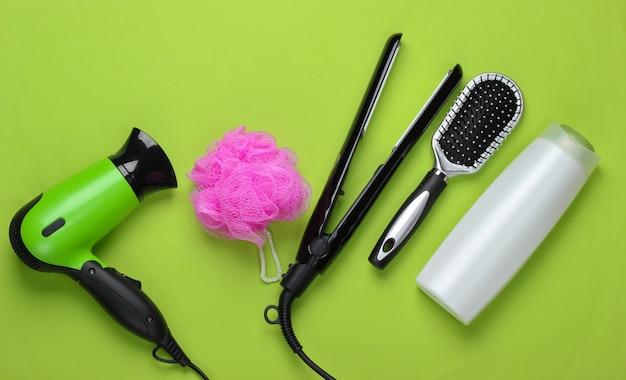 Set van producten en apparaten voor haarverzorging op een green