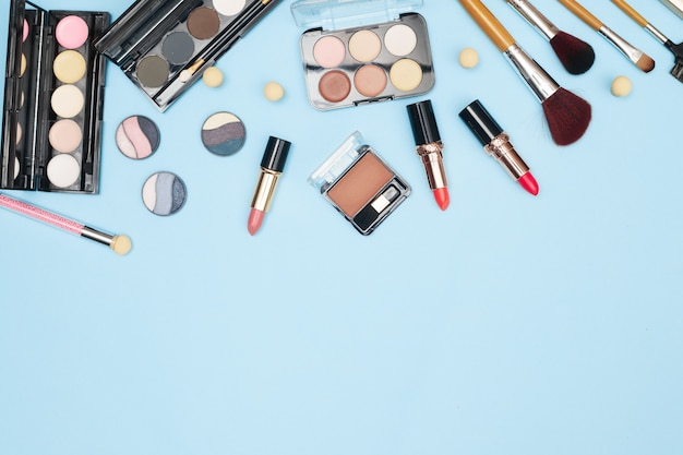 Set van professionele cosmetica, make-up tools en accessoires op blauwe achtergrond, beauty, mode, shopping concept, platte la. hoge kwaliteit foto