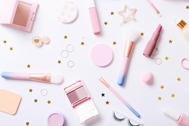 Set van professionele decoratieve cosmetica, make-up tools en accessoires op wit.