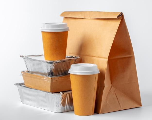 Set van recyclebare voedselverpakkingen op wit
