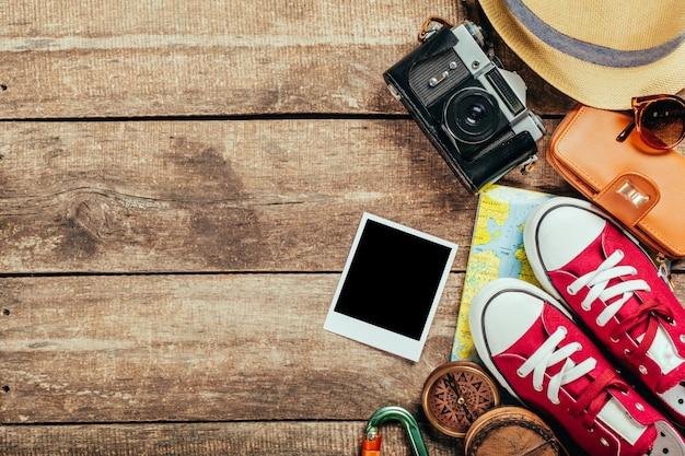 Set van reis spullen op houten achtergrond
